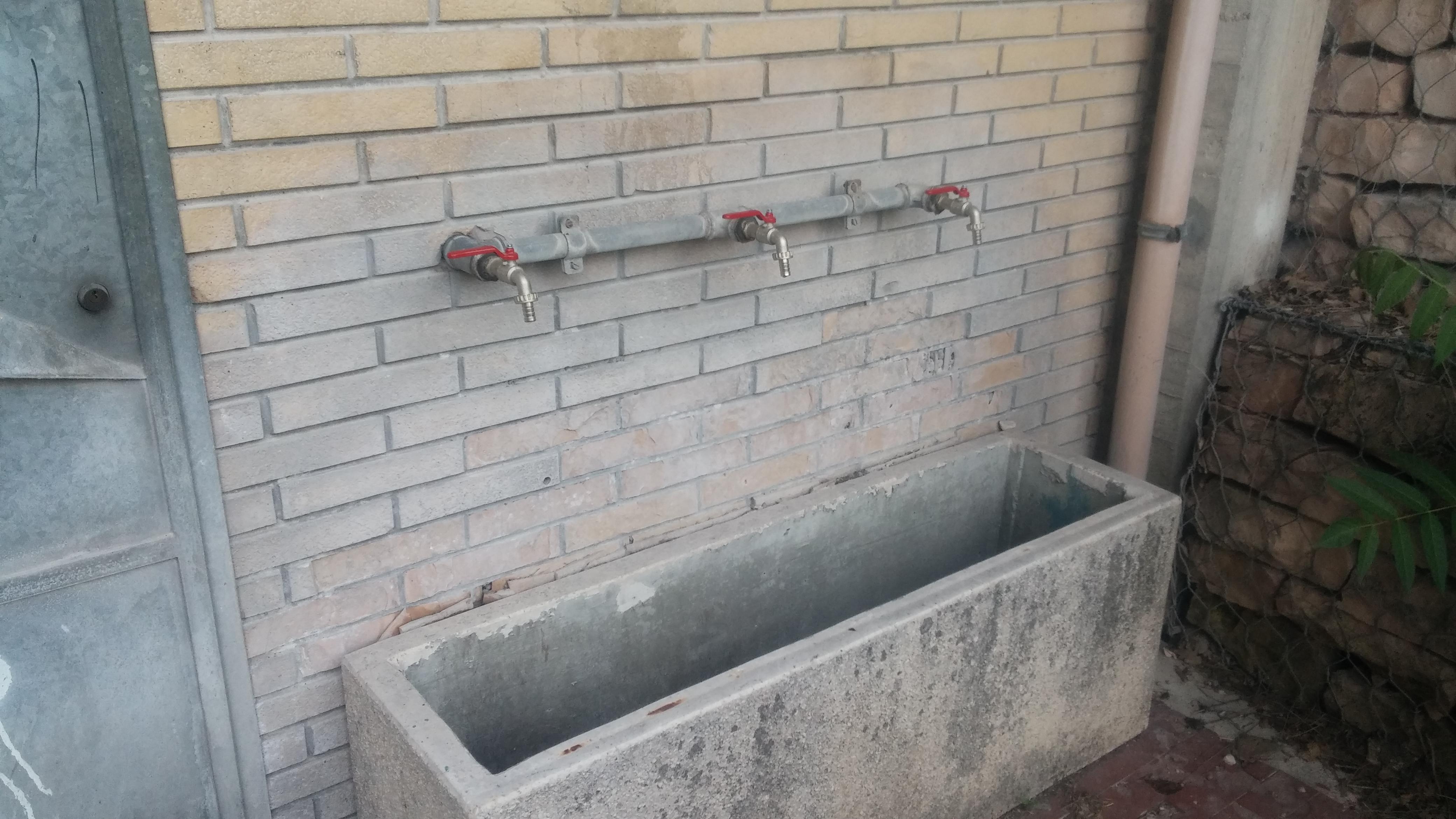 Fontane pubbliche semplice acqua del rubinetto for Serbatoio di acqua di rame